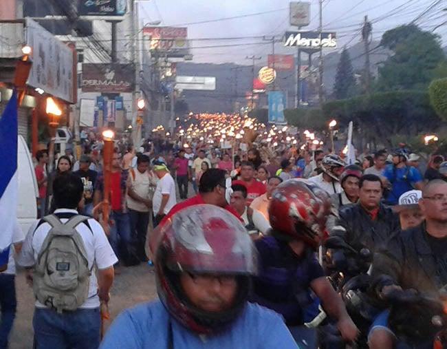 Dividida en dos grupos la marcha de antorchas, en Tegucigalpa