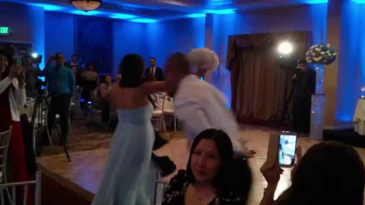 VIDEO: Le pega en la cabeza a su flamante esposa y la noquea en plena fiesta