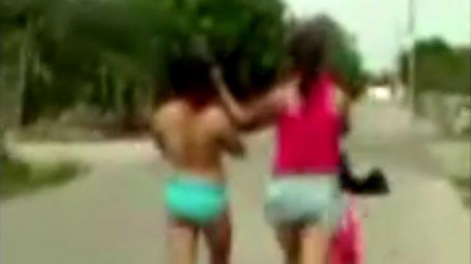 La obliga a caminar desnuda por la calle por ser la supuesta amante de su padre
