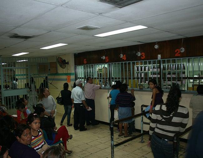 Ladrones de medicinas captados en videos, según presidente de Honduras