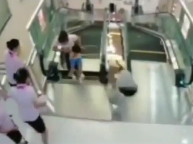 """Madre logra salvar a su hijo antes de ser """"tragada"""" por una escalera eléctrica en China"""
