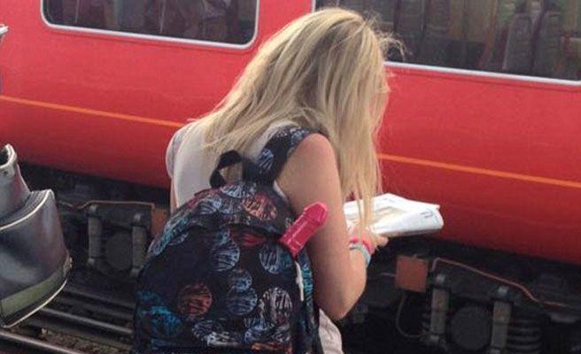 Facebook busca a la chica del extraño objeto en la mochila