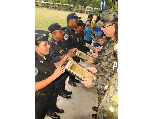 Condecoran a policías y militares que rechazaron sobornos en Honduras