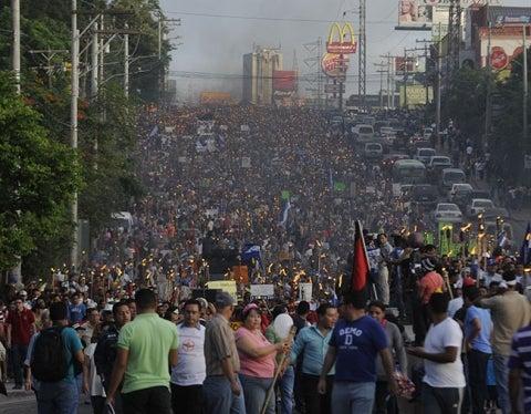 """""""Indignados"""" asisten a nueva jornada de las antorchas en Tegucigalpa"""