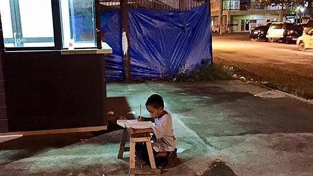 Facebook: La inspiradora foto viral que ha cambiado la vida de un niño filipino