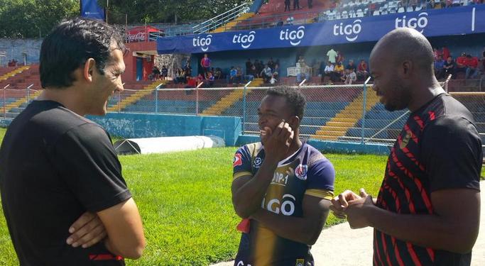 Walter Martínez ya se viste con la camisa del FAS de El Salvador