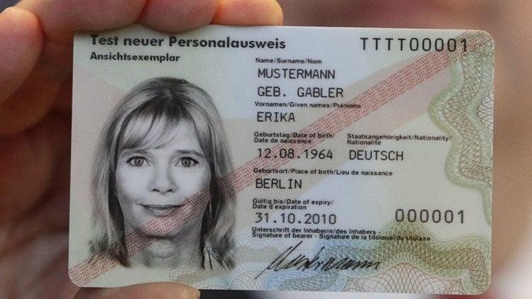 ¿Por qué los alemanes calientan sus tarjetas de identidad en el microondas?