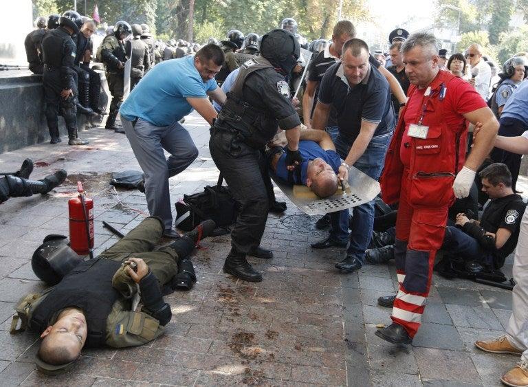 Cientos de heridos dejan enfrentamientos frente a Parlamento de Ucrania