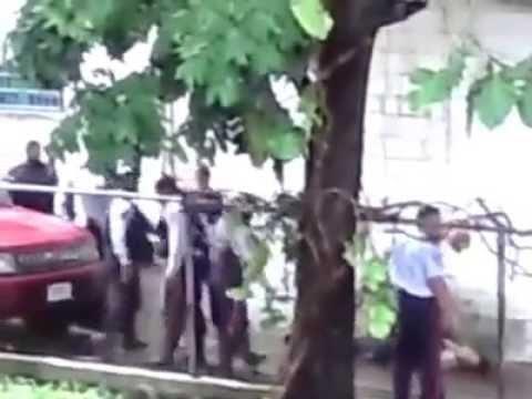 Video: policías fusilaron a un detenido en medio de la calle en Venezuela