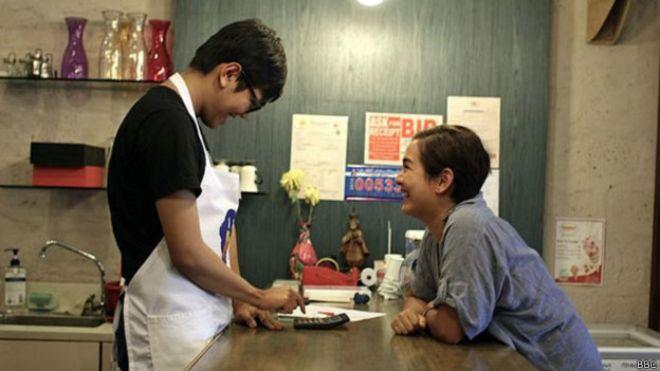 Los padres que abrieron un café sólo para su hijo