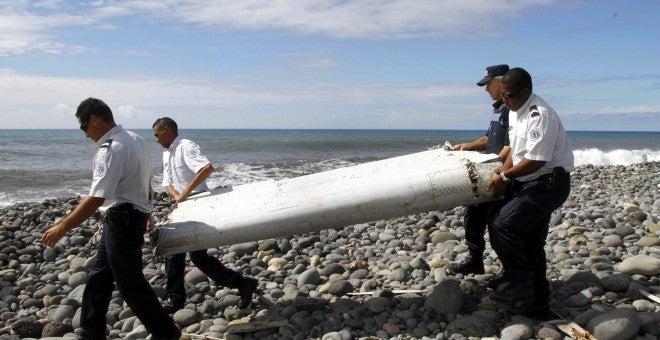 Familiares sospechan que hallazgo de los restos del avión malasio podría ser un montaje