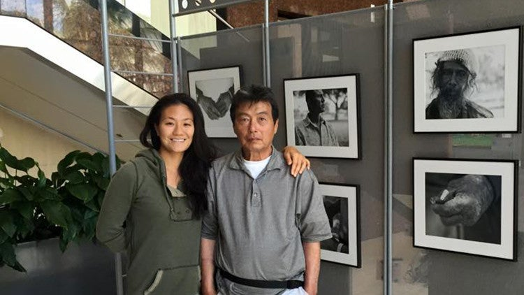 Mujer fotografiaba a indigentes sin saber que uno de ellos era su padre