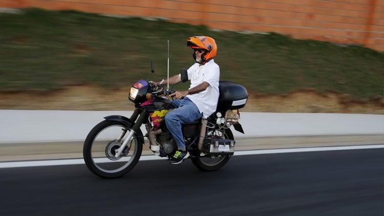 Brasileño se inventa una motocicleta que funciona con agua