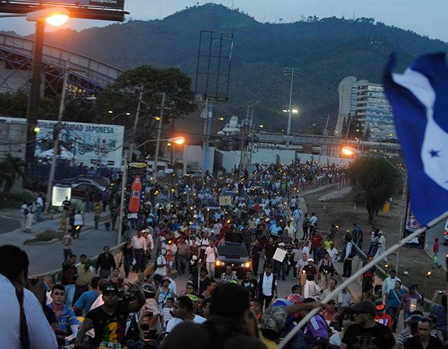 Honduras: John Biehl saluda marcha de antorchas