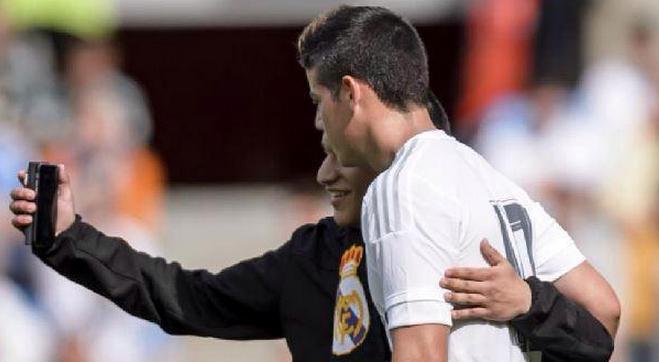 Aficionado ingresa al terreno de juego para tomarse una selfie con James Rodríguez