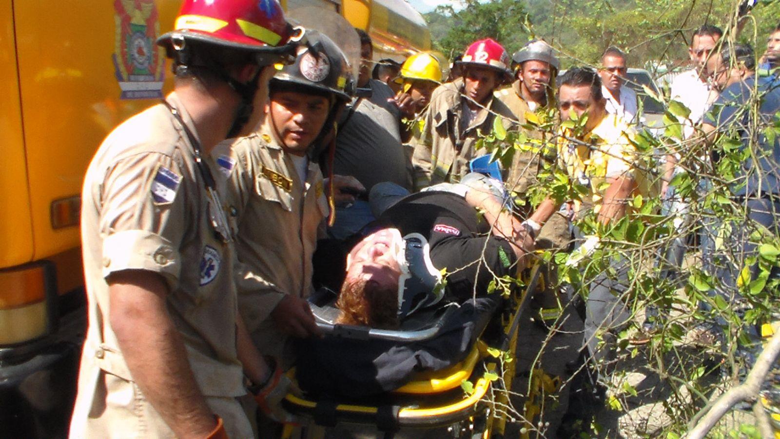 Honduras: Por esquivarse un caballo, el conductor del camión impactó con un turismo