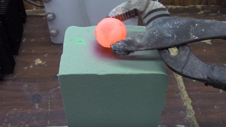 ¿Qué ocurre si pone una bola de níquel al rojo vivo sobre espuma floral?