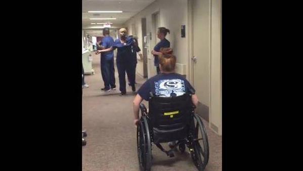 VIDEO: Emotiva reacción de una enfermera al ver que su paciente paralítica vuelve a caminar