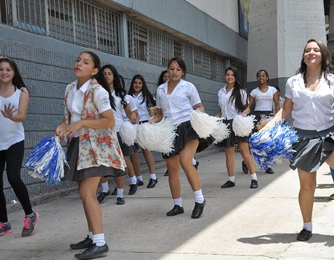 Honduras: Bandas y palillonas listos para desfilar
