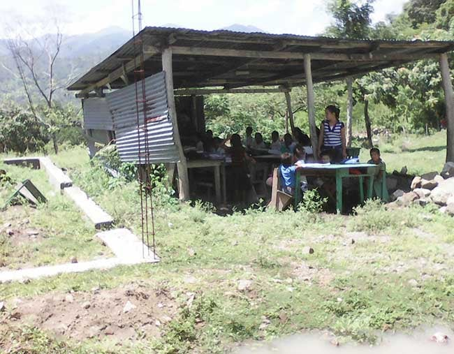 En Honduras una escuela funciona en una galera de madera