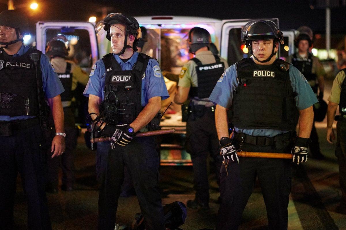 Tensa calma tras disturbios en Ferguson, donde rige el estado de emergencia