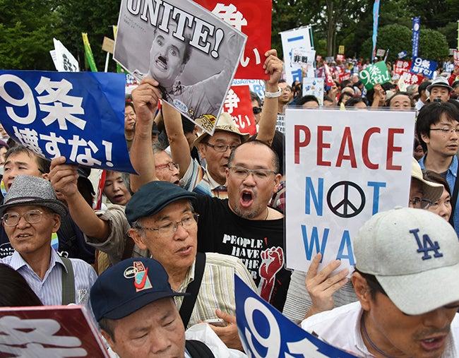Ampliarían su participación militar: Japoneses marchan contra nueva ley militar