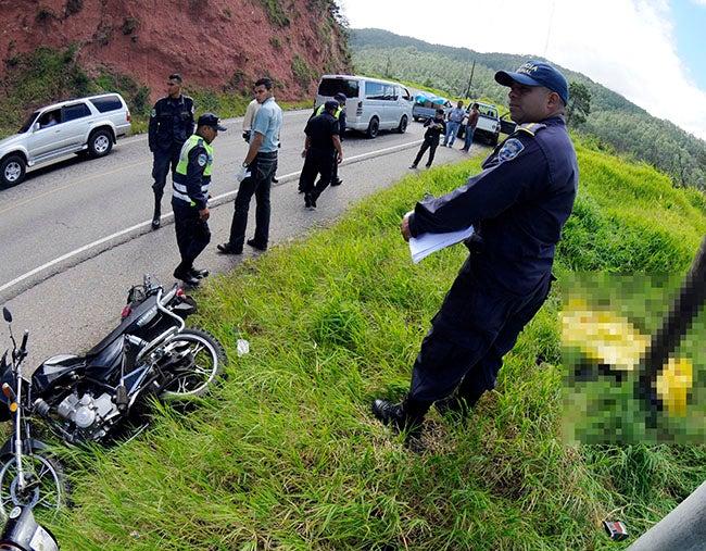 Muere al chocar su motocicleta