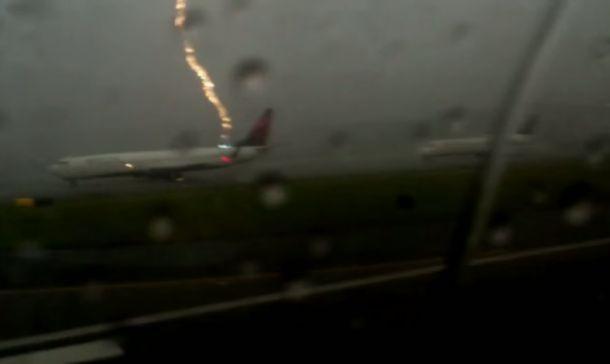 YouTube: Susto tras el impacto de rayo en ala de un avión