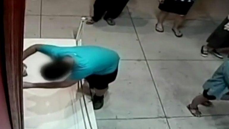 VIDEO: Tropezó en el museo y arruinó un cuadro del siglo XVII de valor millonario