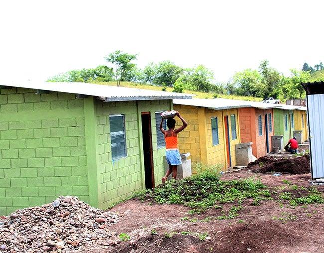 Entregan viviendas para familias pobres en Honduras