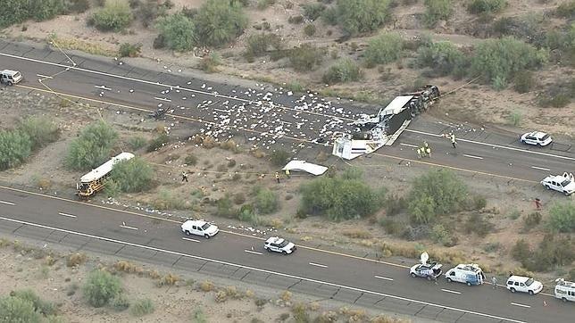 Autobús que trasladaba presos sufre accidente, en vez de huir se quedaron a ayudar