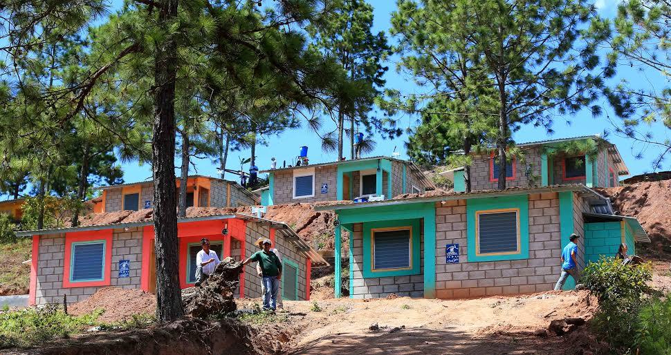 Inauguran 251.46 metros lineales de pavimento y entregan viviendas en San Agustín,  Copán
