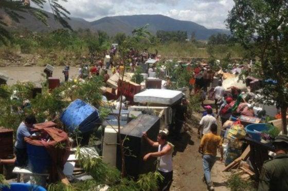 Cientos de colombianos huyen de Venezuela por temor a deportaciones