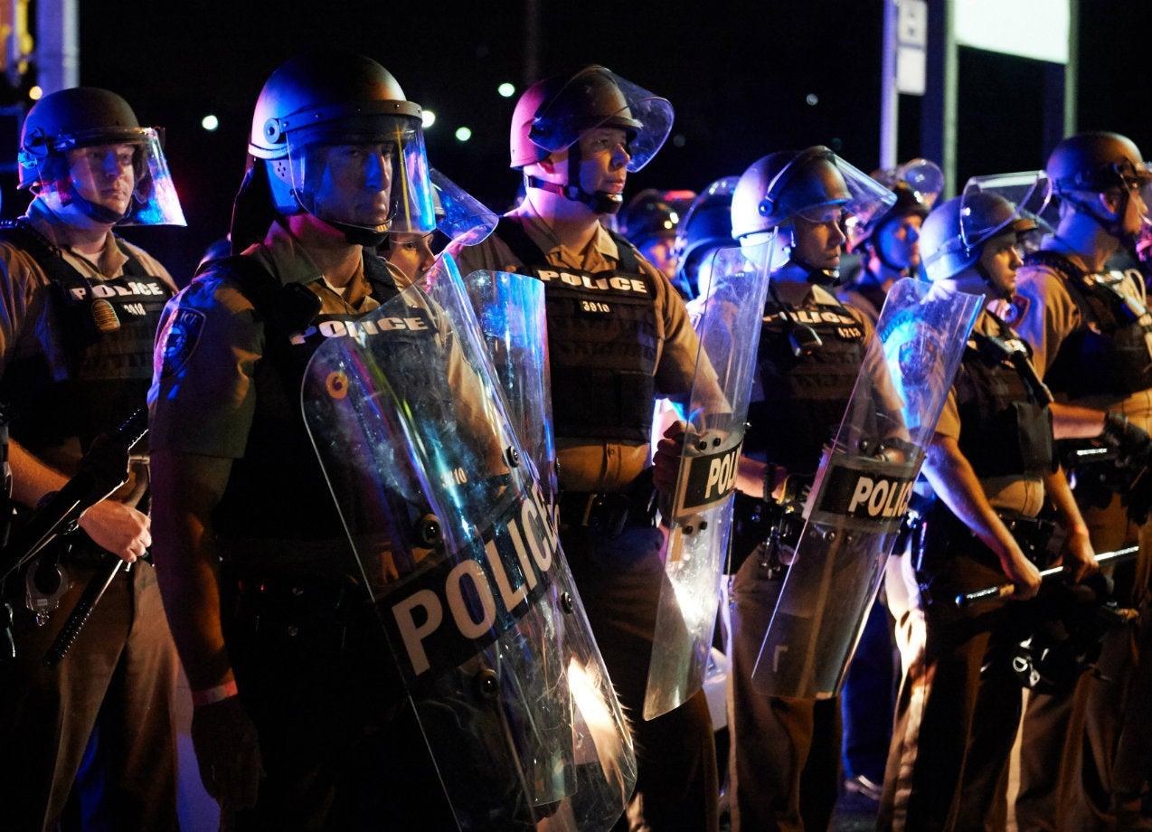 Marcha de Ferguson termina en violencia y policía hiere a tirador
