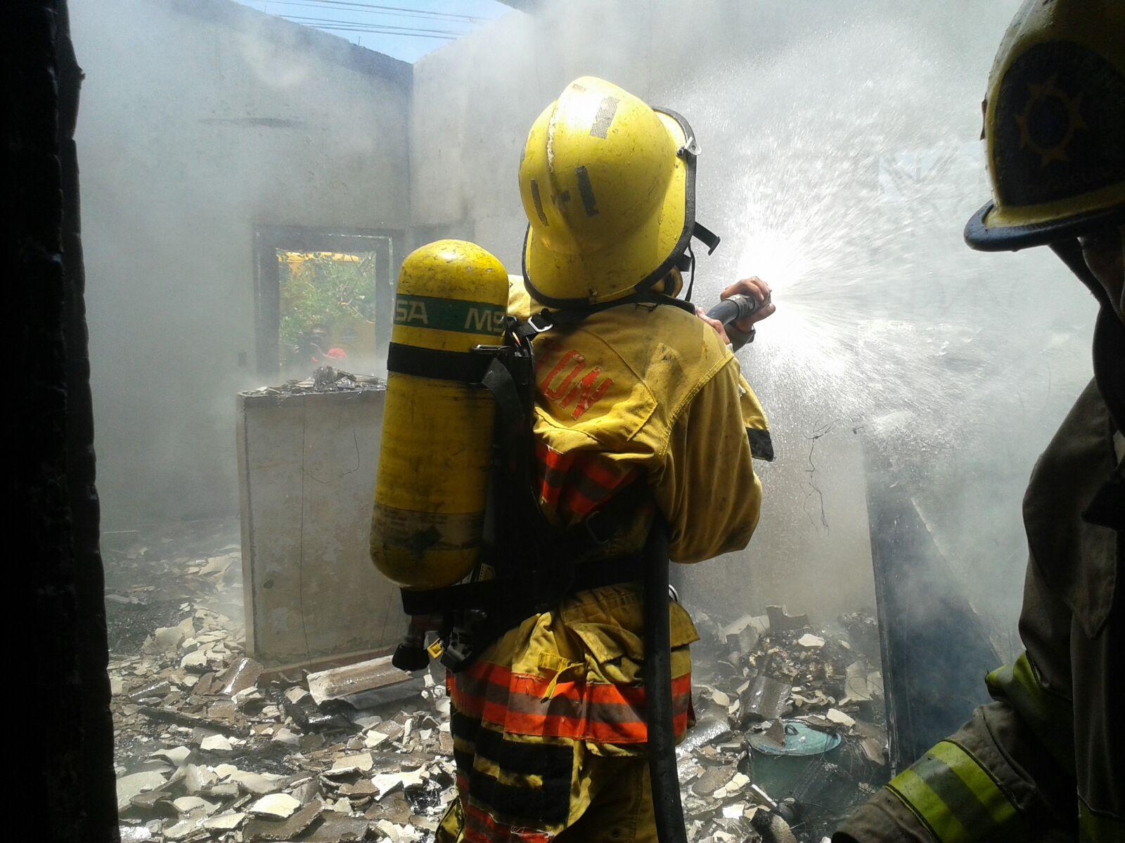 Pérdidas considerables deja voraz incendio de vivienda en Santa Bárbara