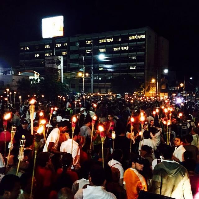 VIDEO: Capitalinos asisten a otra marcha de las antorchas pidiendo la CICIH