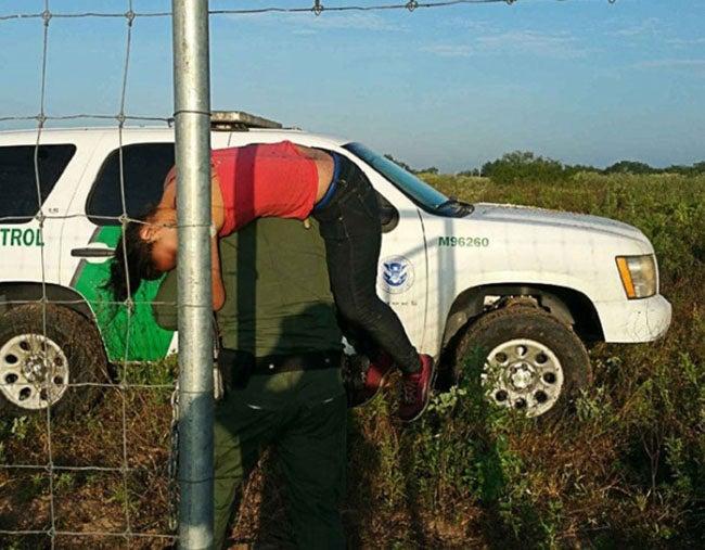 Rescatan a hondureña de zona desértica en Texas