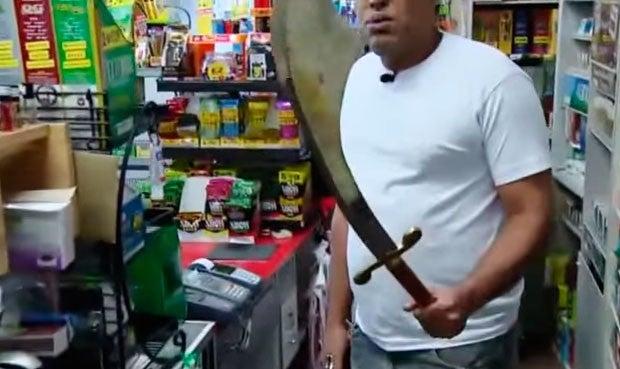 VIDEO: Ladrón con machete se asusta cuando víctima saca su espada