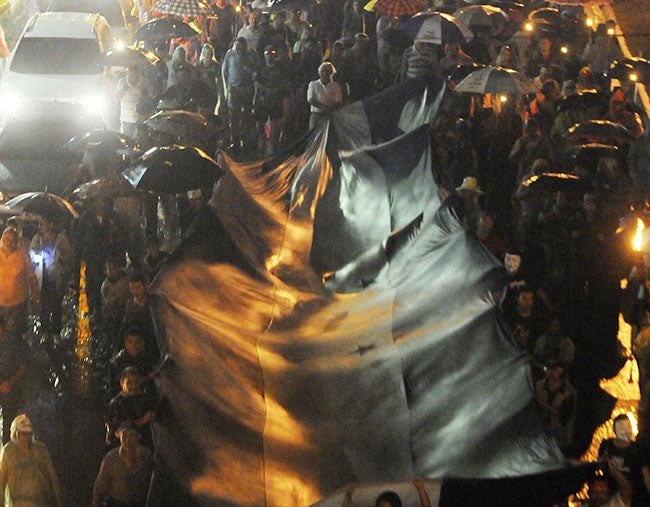 Honduras: Indignados marchan bajo una tormenta