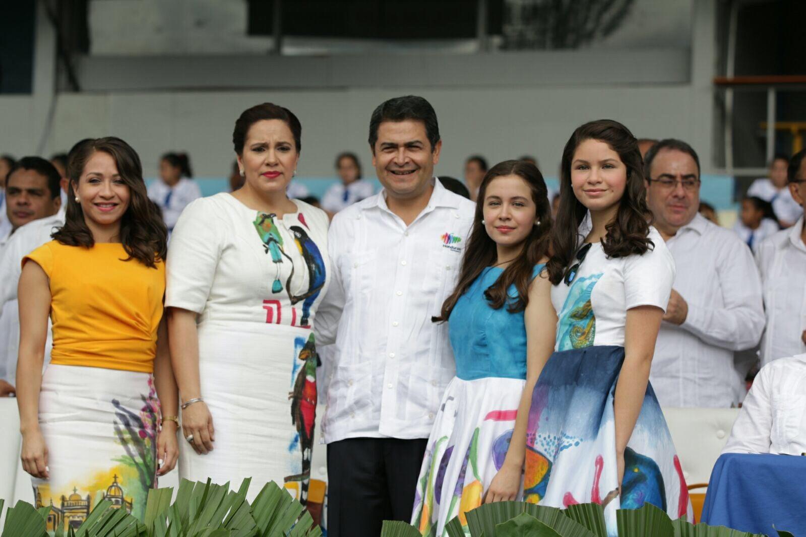 Primera dama junto a sus hijas lucen traje típico diseñado a mano