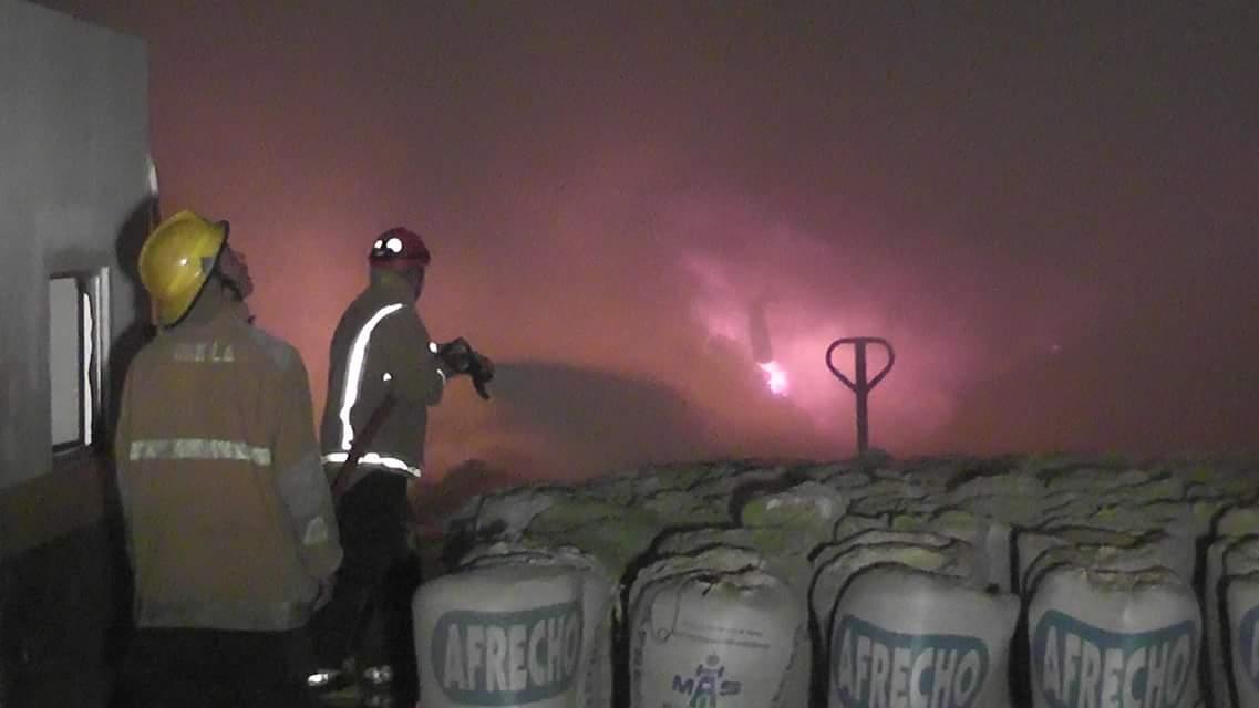 Bomberos controlan incendio en bodega de MASECA en Choloma