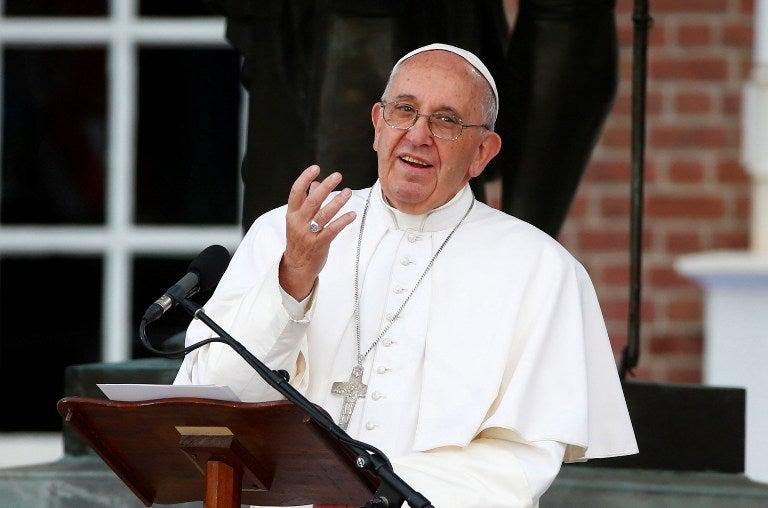 «Dios llora», dice el papa tras reunirse con víctimas de sacerdotes pedófilos