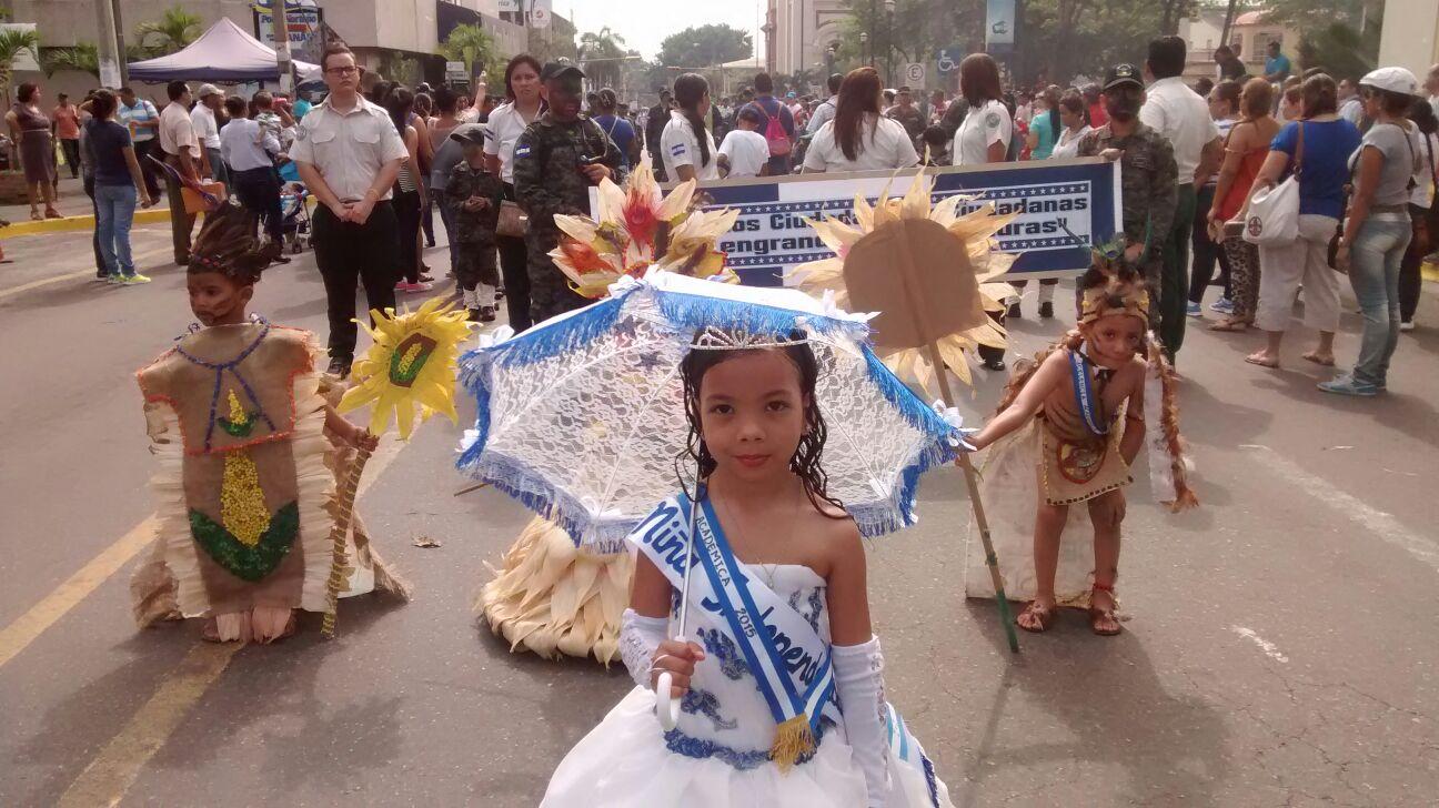 Fervor patriótico: Escolares desfilan en San Pedro Sula