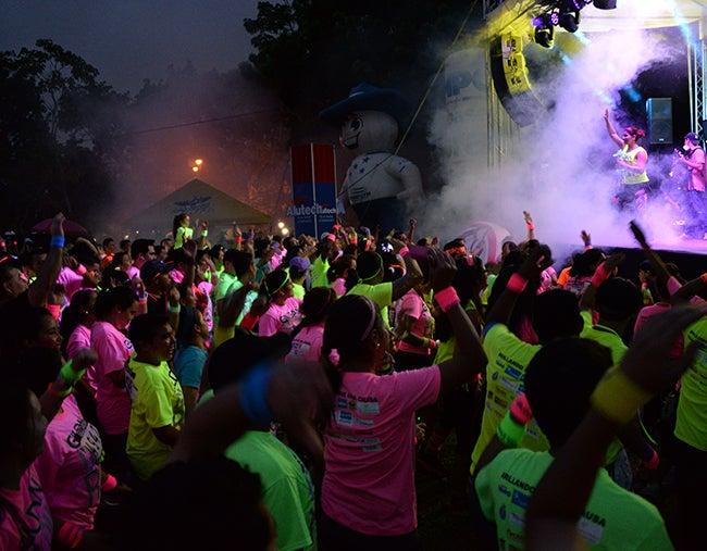 Sampedranos brillaron en la noche del Gildan Glow Run 2015