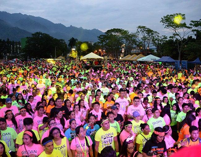 Niños, jóvenes y adultos brillaron en el Glow Run 2015