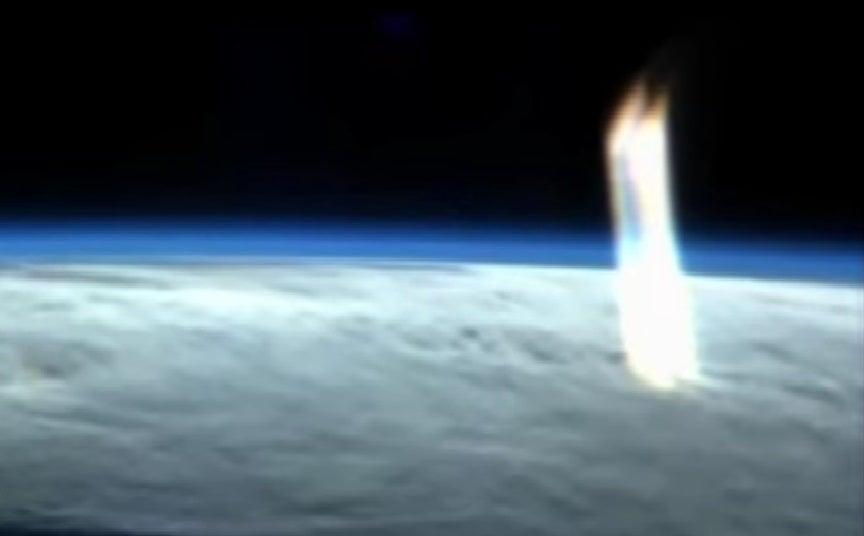 VIDEO: Estación Espacial capta misterioso haz de luz saliendo de la Tierra