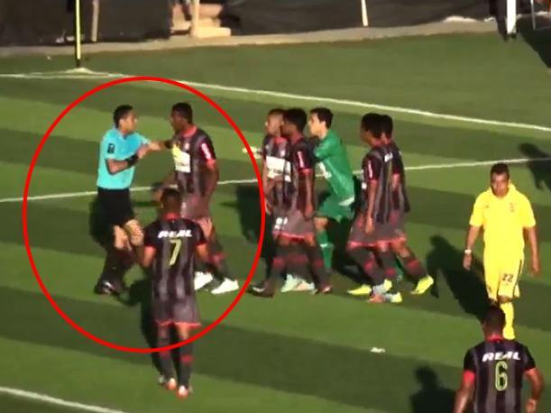 Jugador golpea al árbitro en un partido de fútbol en Perú
