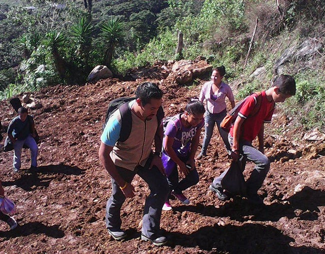 Escalan montañas para llevarles ayuda a niños