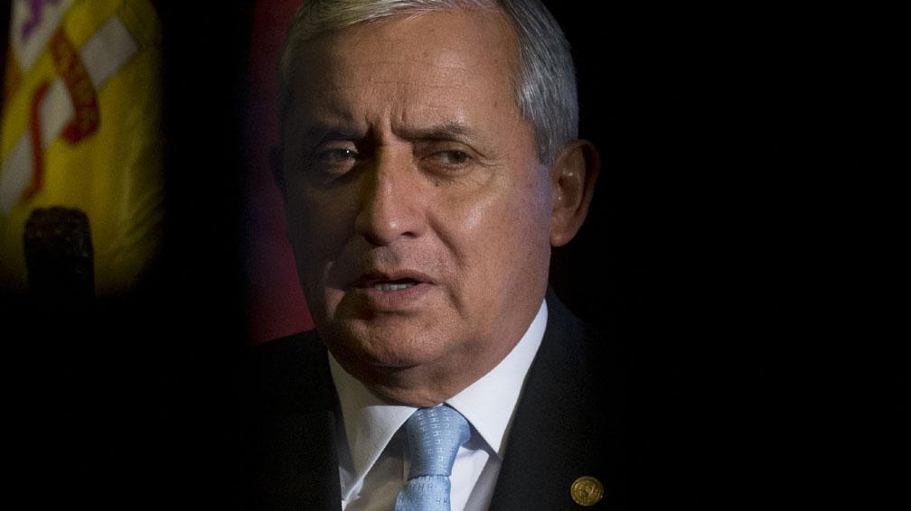 En el ojo del huracán: Justicia prohíbe salir del país al presidente de Guatemala (VIDEO)