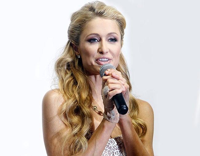Bombero devuelve anillo de diamantes a Paris Hilton